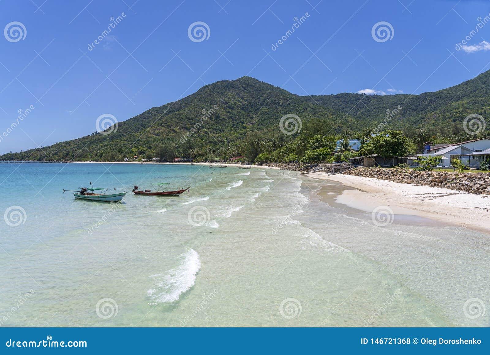 Pi?kna zatoka z kokosowymi drzewkami palmowymi i ?odziami Tropikalna piasek pla?a, woda morska na wyspy Koh Phangan i, Tajlandia