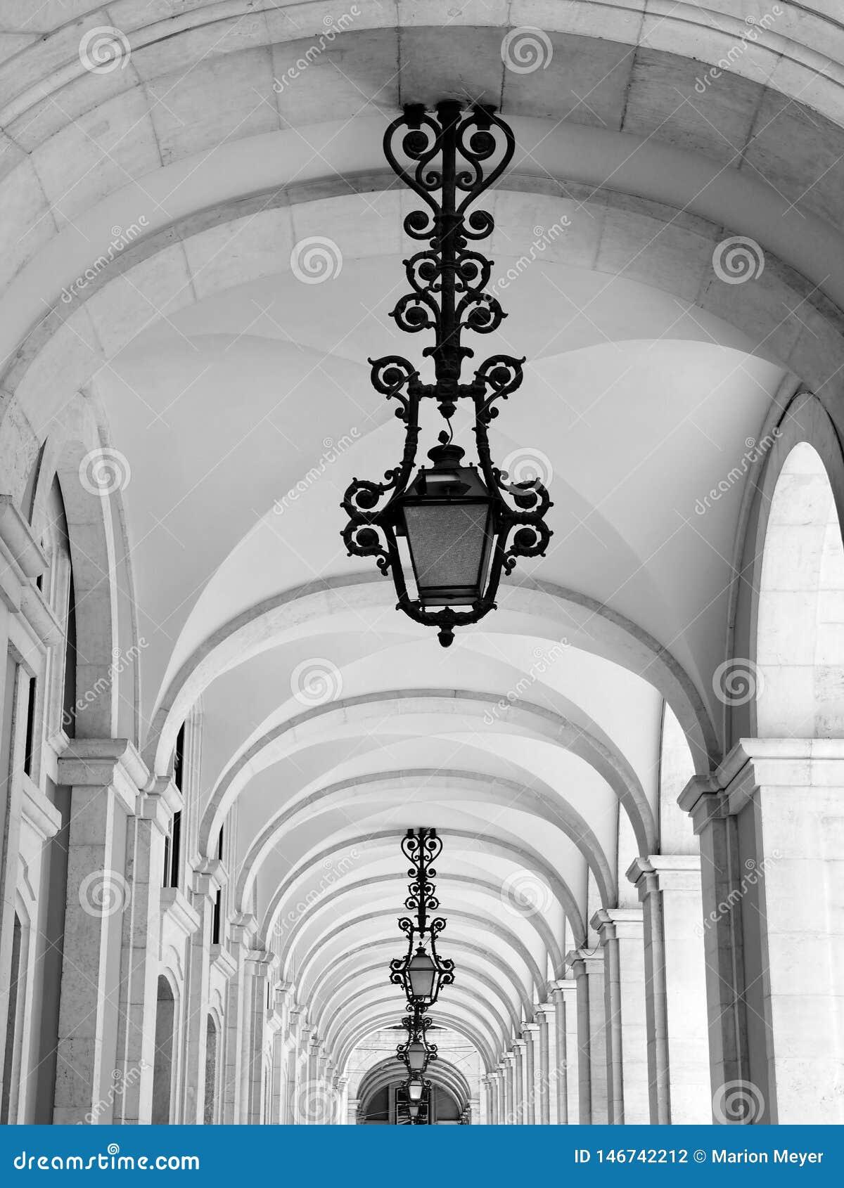 Pi?kne arkady w Lisbon z tradycyjnymi lampami