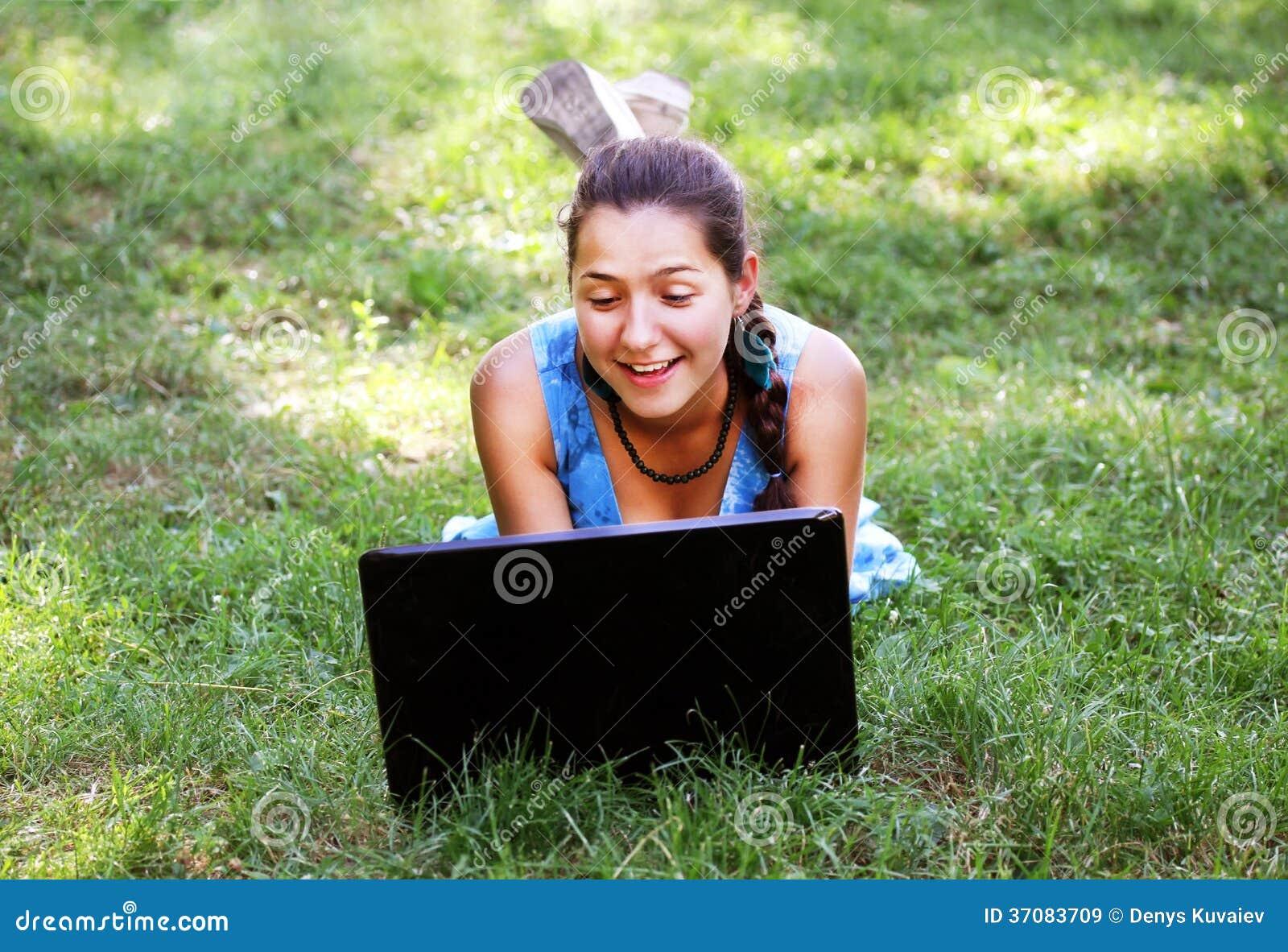 Download Piękno Dziewczyna Z Laptopem Obraz Stock - Obraz złożonej z dosyć, park: 37083709