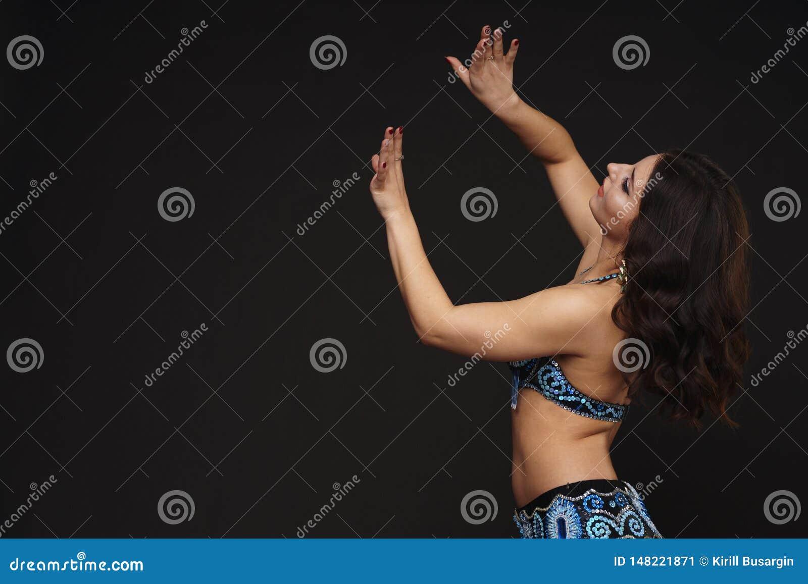Pi?kny brzucha tancerz perfoming egzotycznego tana w czerwonej flatter sukni