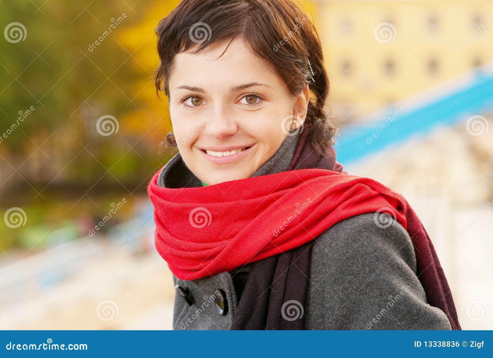 Piękny dziewczyny czerwieni szalik