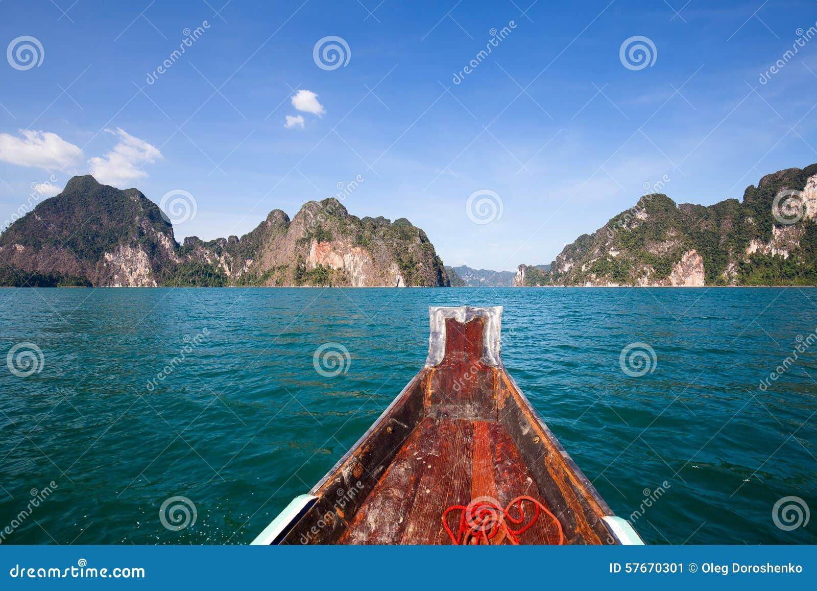 Piękny jezioro przy Khao Sok parkiem narodowym Tajlandia