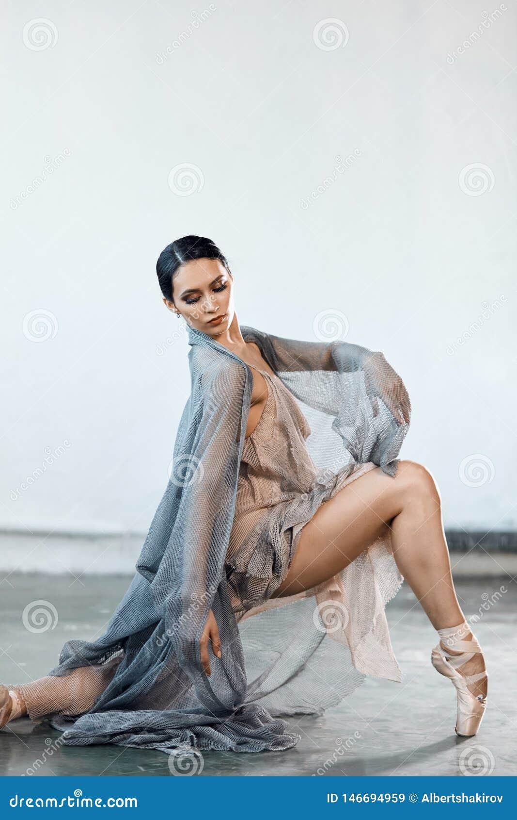 Pi?kny m?oda kobieta taniec w studiu w pointe butach