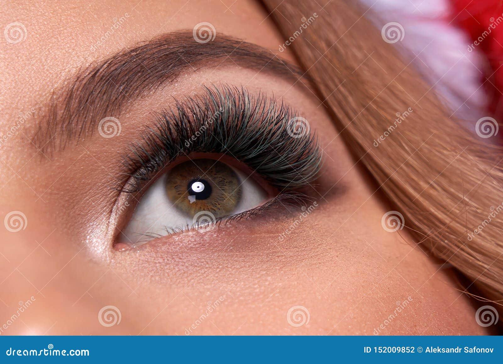 Pi?kny makro- strza? ?e?ski oko z ekstremum d?ugimi rz?sami i czarnym liniowa makeup Doskonali? kszta?t?w baty i makija? d?ugo