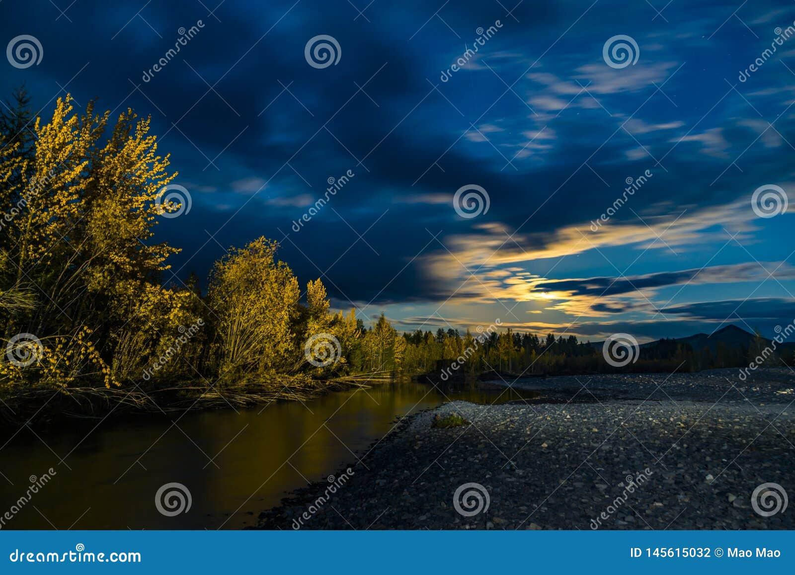 Pi?kny panoramiczny widok na jeziorze i lesie przy noc?