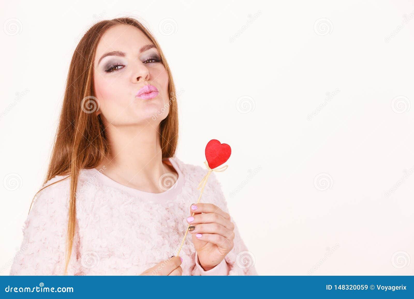 Pi?kny serce kszta?tuj?cy kobiety mienia r?ki kij