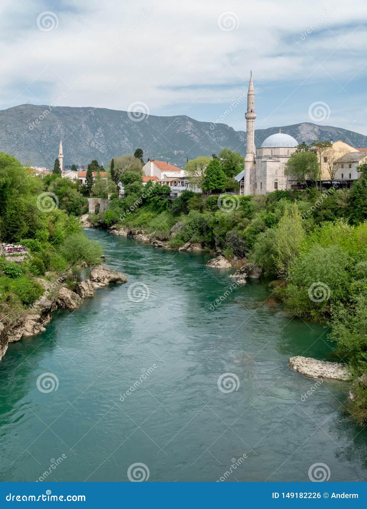 Pi?kny widok na Mostar mie?cie na Neretva rzece w Bo?nia i Herzegovina