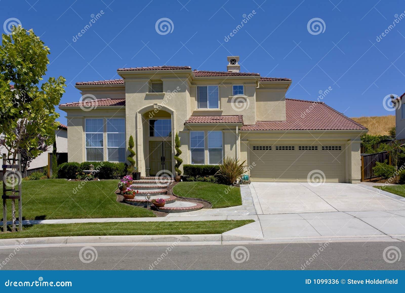 Pi nuova casa a due piani spagnola immagine stock libera for Casa a due piani