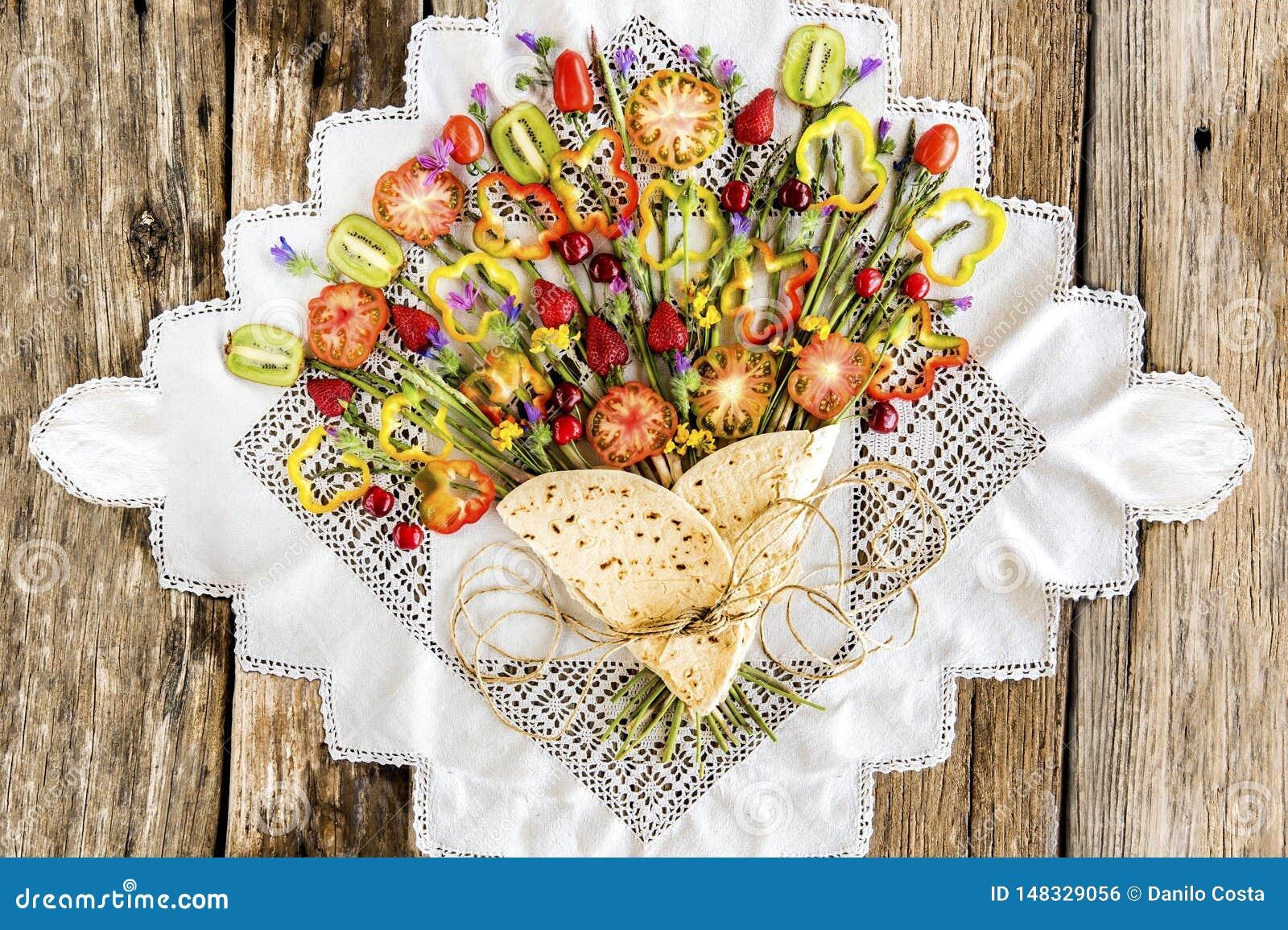 Piadina com os vegetais e o fruto similares ao ramalhete das flores
