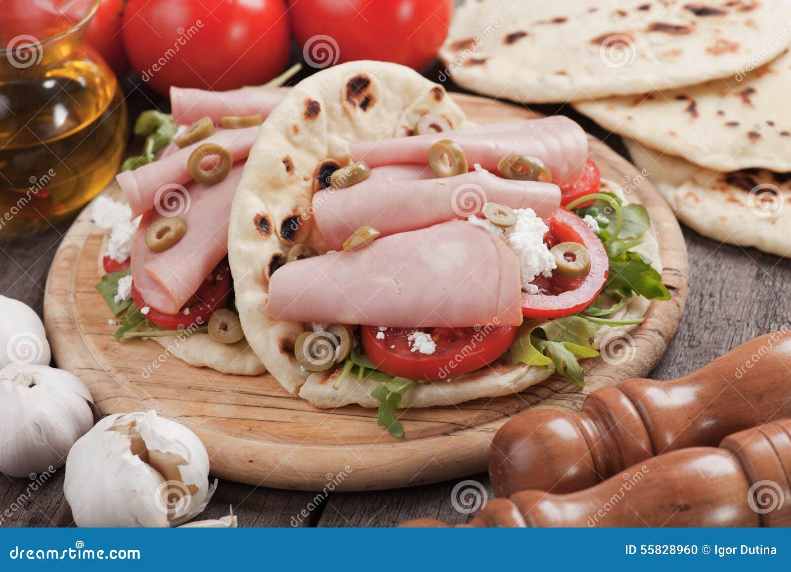 Piadina romagnola, włoska flatbread kanapka