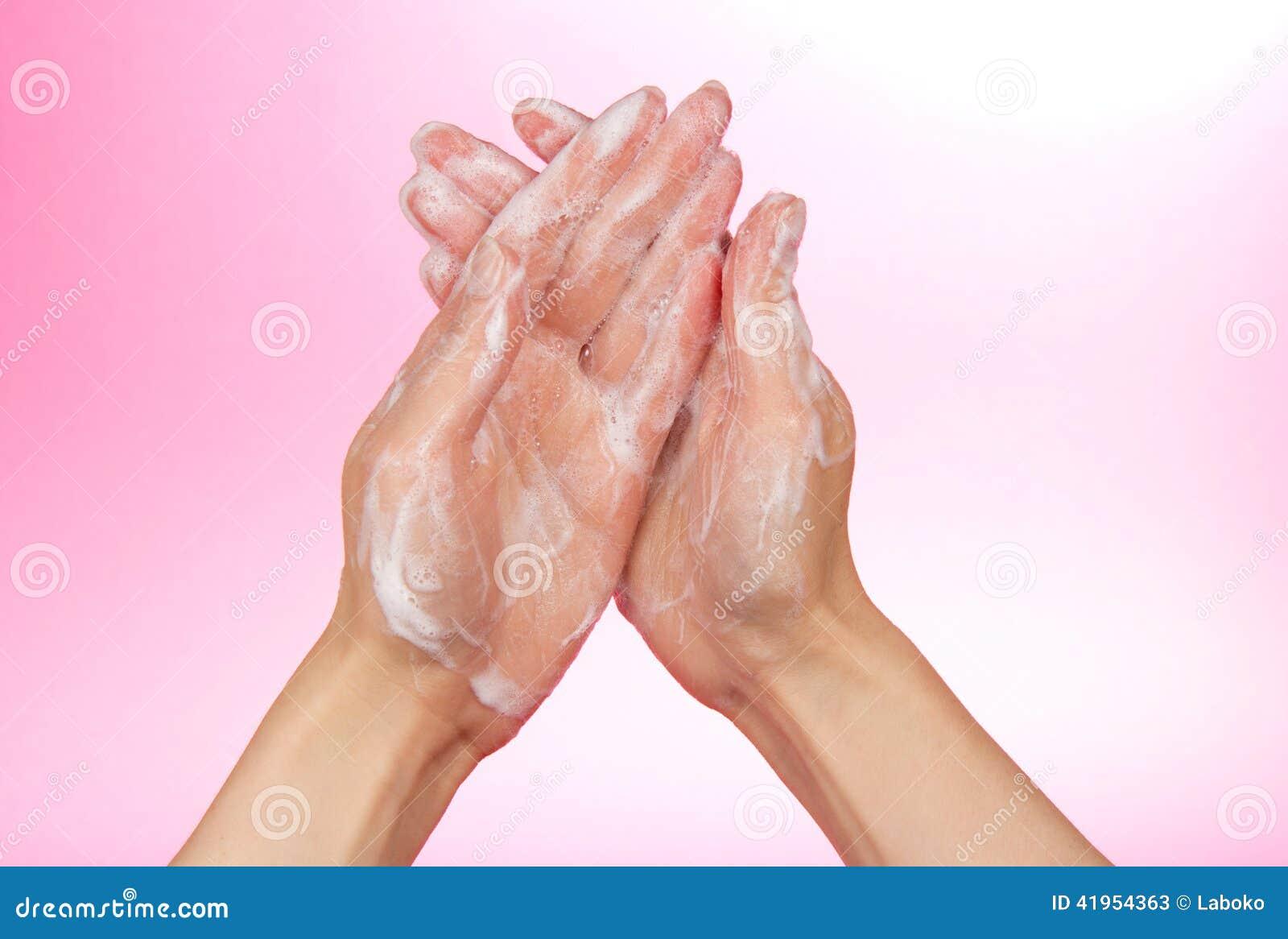 Piana mydło na żeńskich rękach