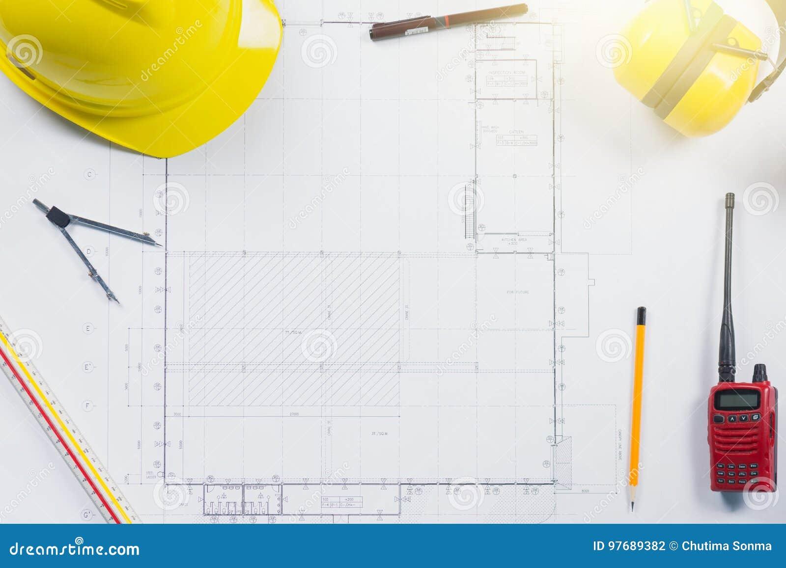 Piani della costruzione con il casco ed il disegno gialli