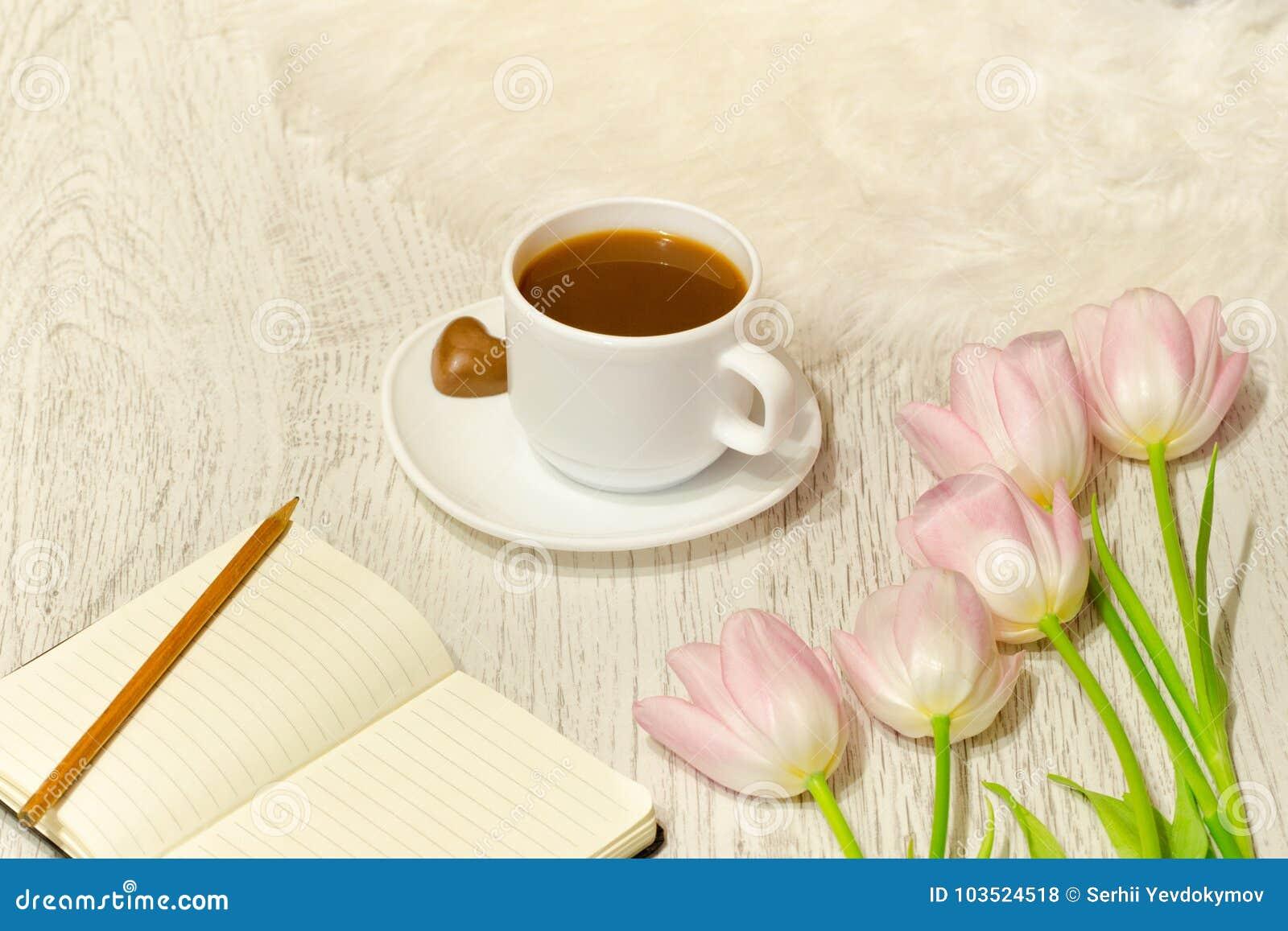 Pianificazione degli affari Tazza da caffè e mazzo dei tulipani