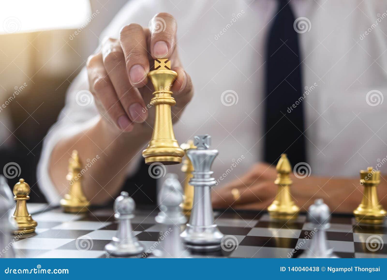 Pianificazione e concetto strategico, uomo d affari che gioca scacchi e strategia di pensiero circa l arresto per rovesciare il g