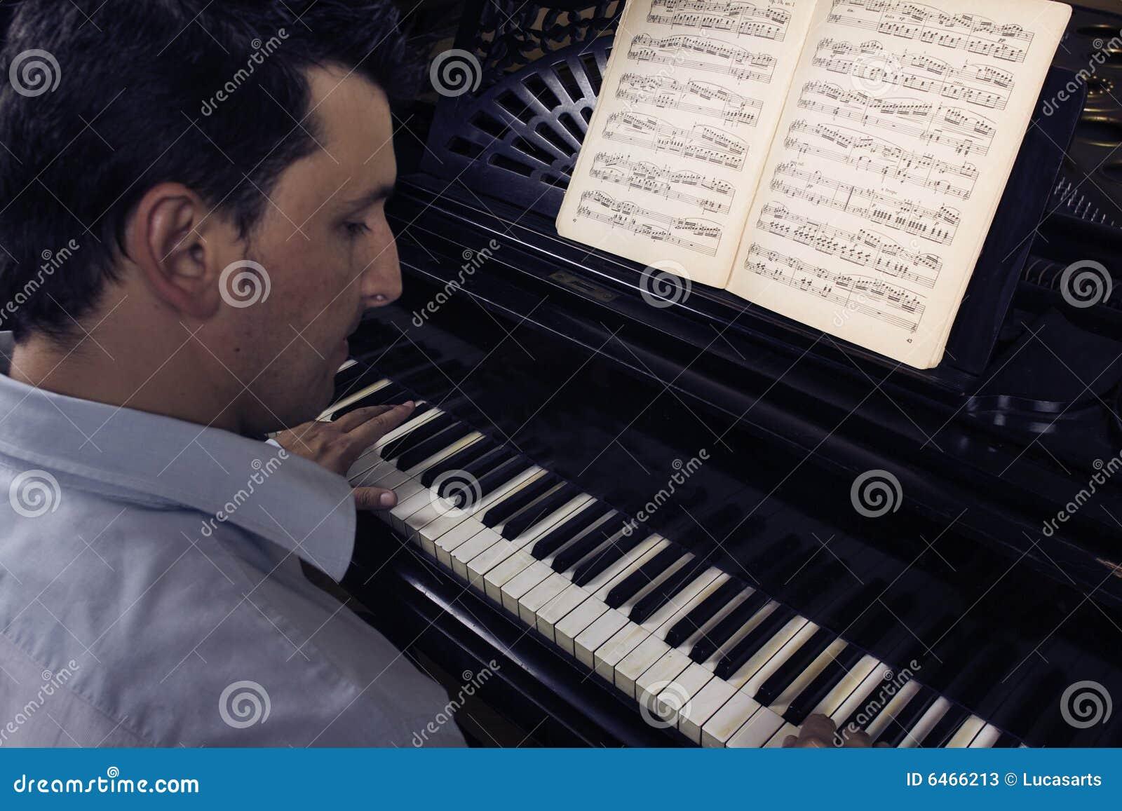 Pianino gra człowieka