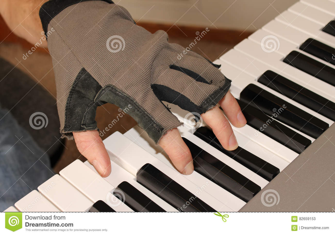Fingerless gloves for musicians - A Pianist Fights The Chill Of Winter By Playing With Fingerless Gloves