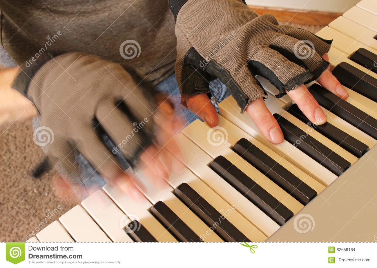 Fingerless gloves for musicians - A Pianist Wears Fingerless Gloves While Playing To Keep His Hands Warm