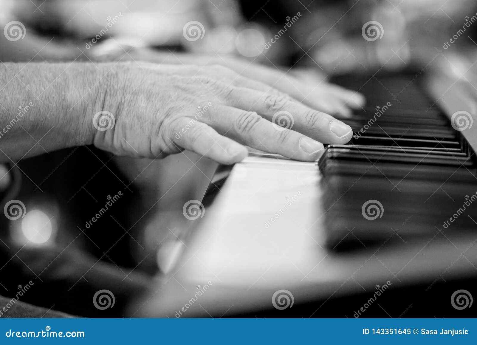 Pianista que juega el detalle del piano