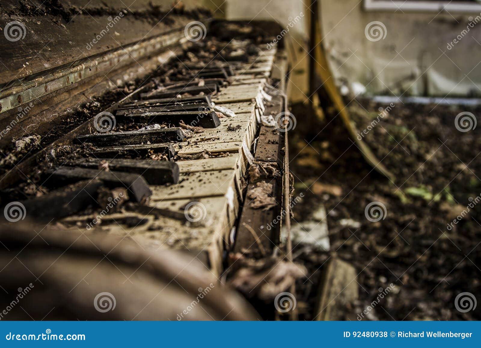 Piano abandonado velho esfarrapado