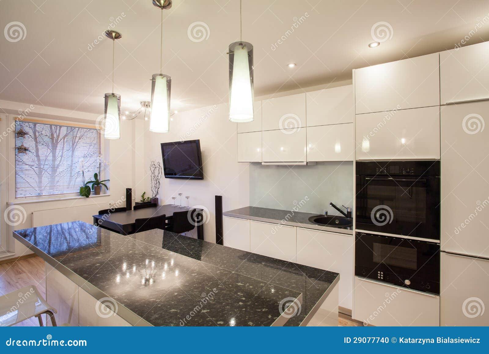 Piano alla moda cucina e sala da pranzo fotografia stock for Cucina con sala da pranzo