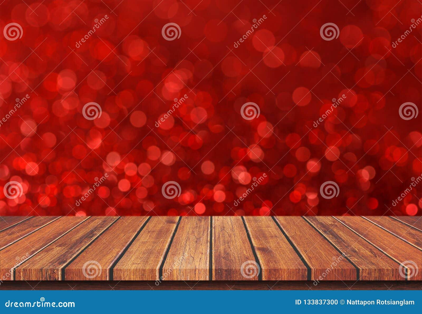 Piano d appoggio di legno marrone vuoto sul fondo rosso della luce del bokeh della sfuocatura