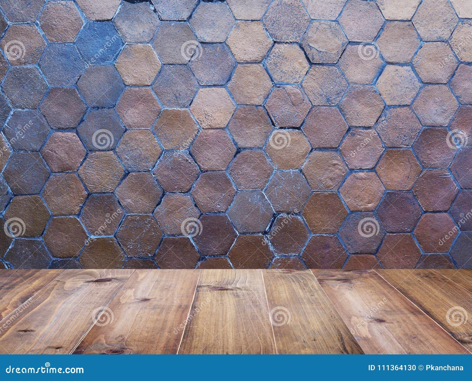 Piano d appoggio di legno sopra le mattonelle della parete dell