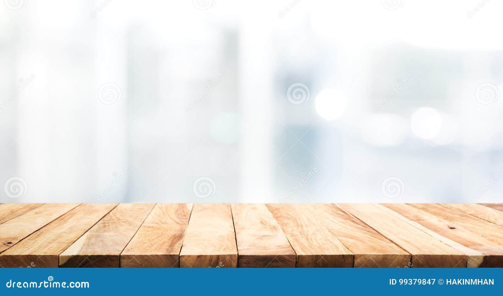 Piano d appoggio di legno sul fondo della costruzione della parete della finestra di vetro della sfuocatura