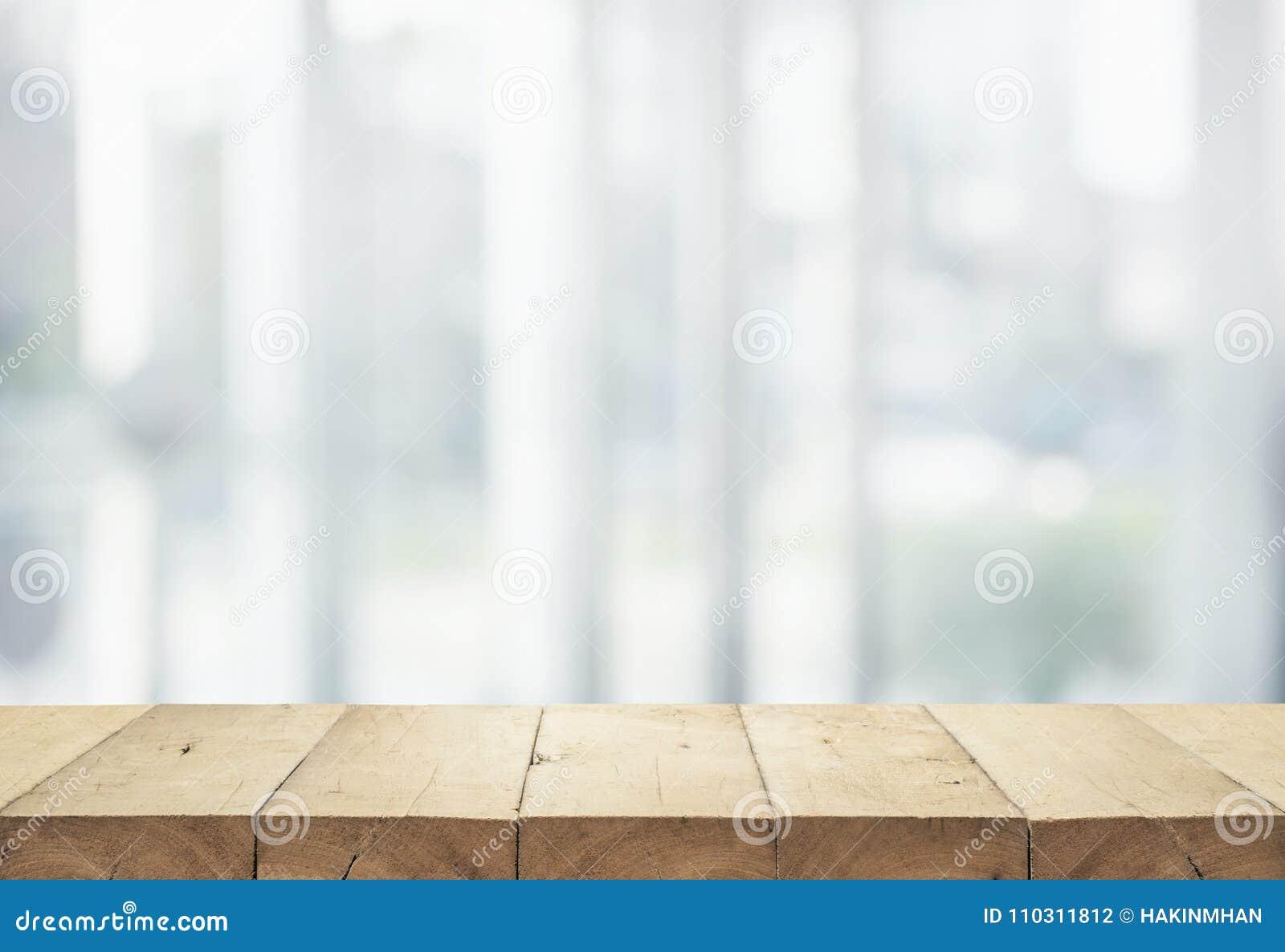 Piano d appoggio di legno sul grande magazzino astratto bianco della forma del fondo