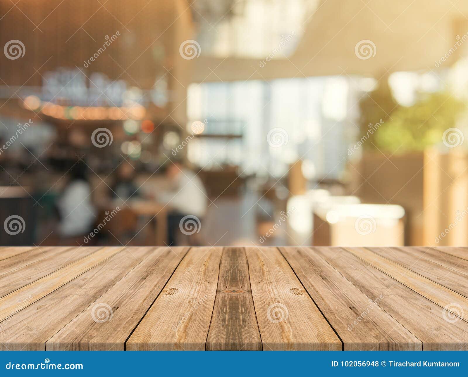 Piano d appoggio vuoto del bordo di legno sopra di fondo vago Tavola di legno marrone di prospettiva sopra sfuocatura nel fondo d
