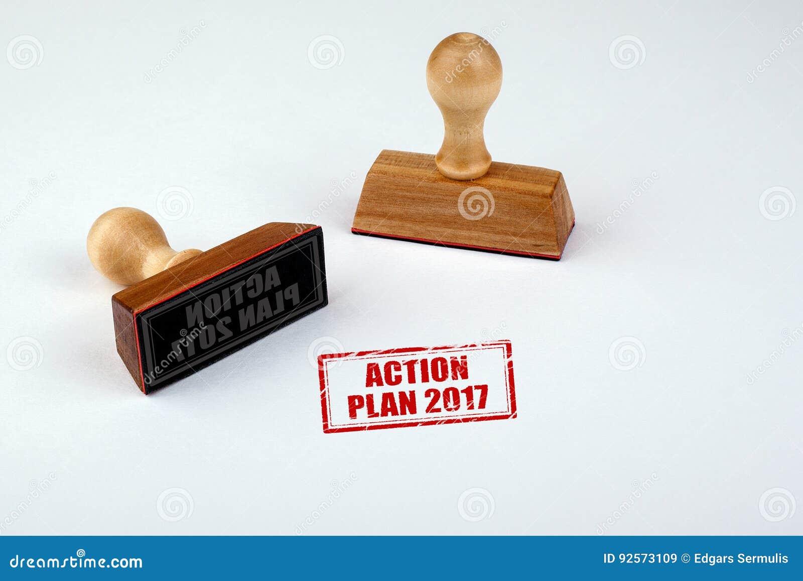 Piano d azione 2017 Matrice di gomma con la maniglia di legno isolata su fondo bianco
