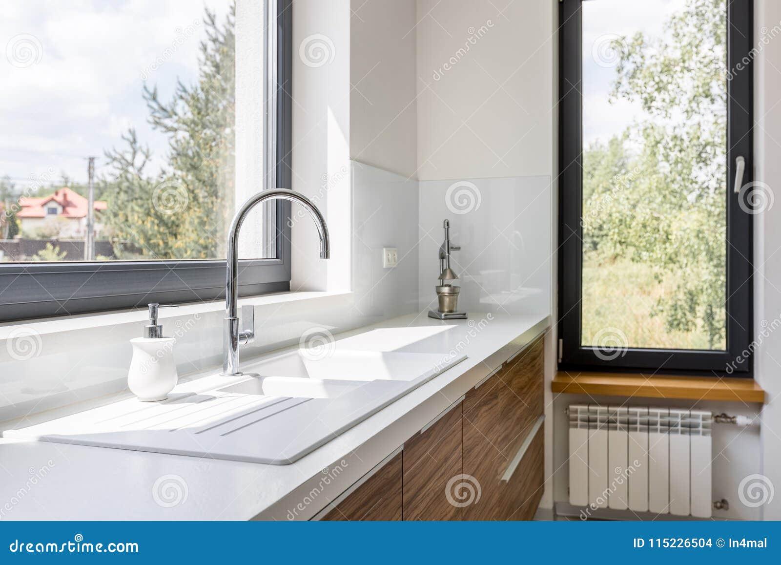 Cucine Con Finestra Sul Lavello piano di lavoro della cucina con il lavandino fotografia