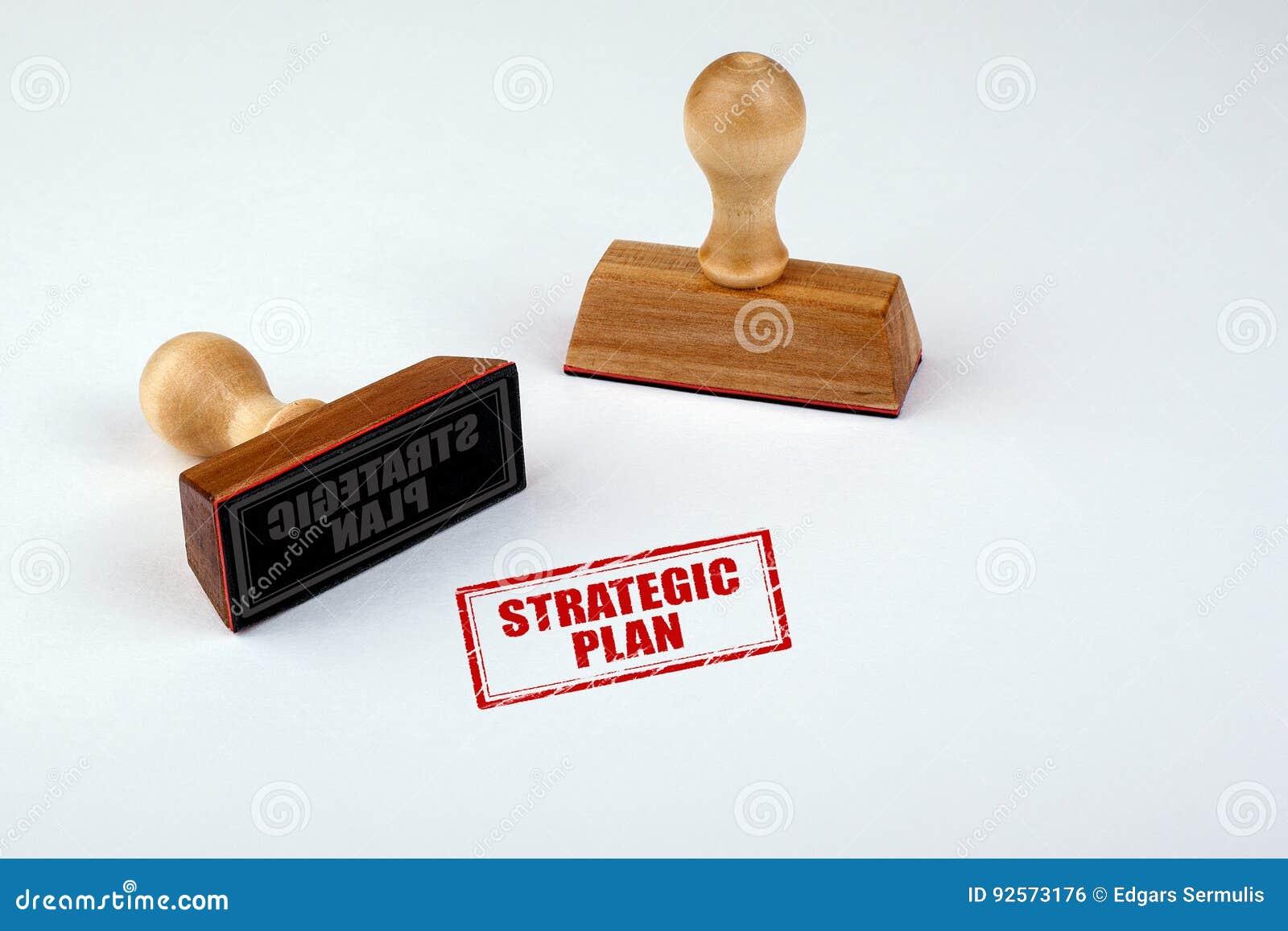 Piano strategico Matrice di gomma con la maniglia di legno isolata su fondo bianco