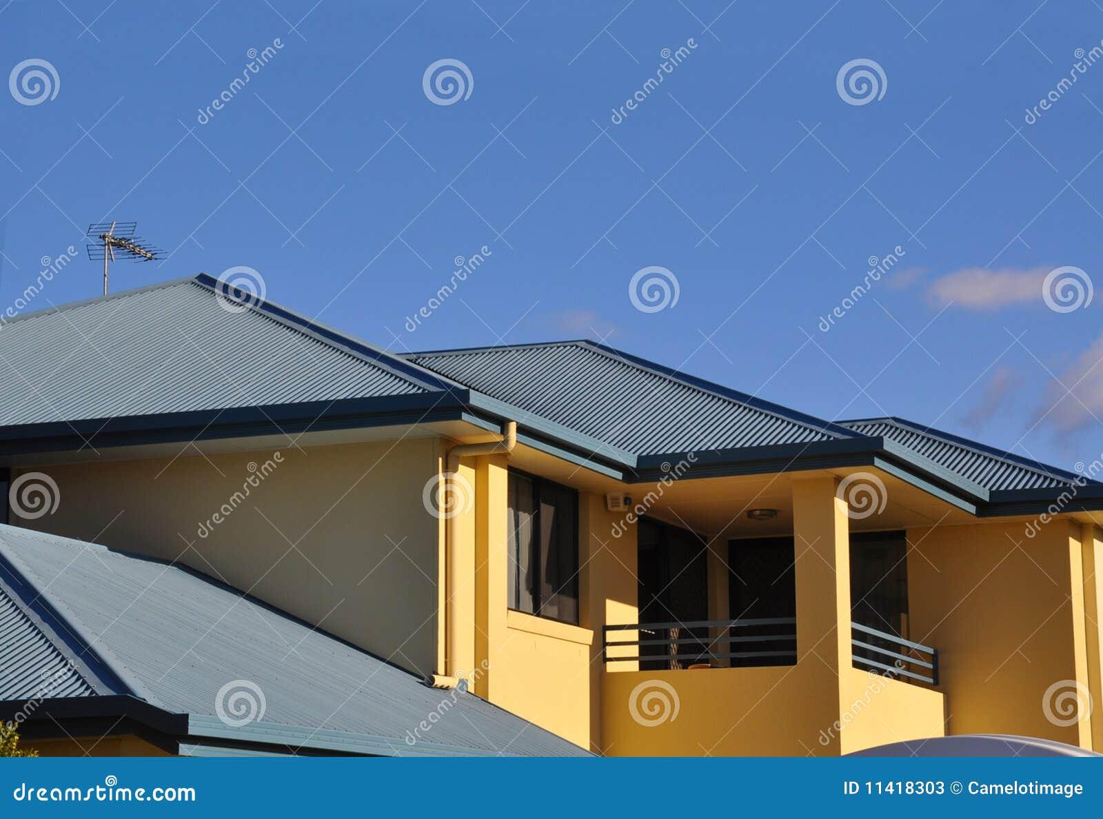 Piano superiore della casa resa con il tetto del metallo for Piani casa linea tetto singolo