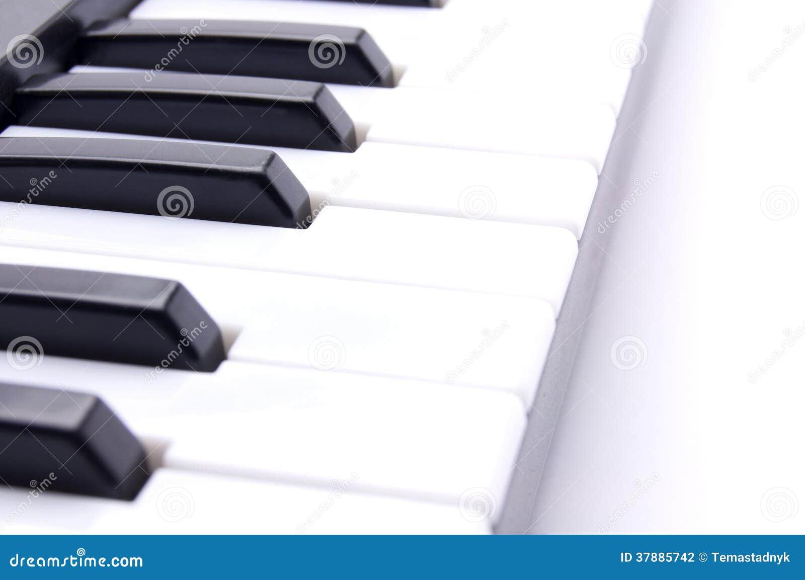 Pianosleutels op een witte achtergrond