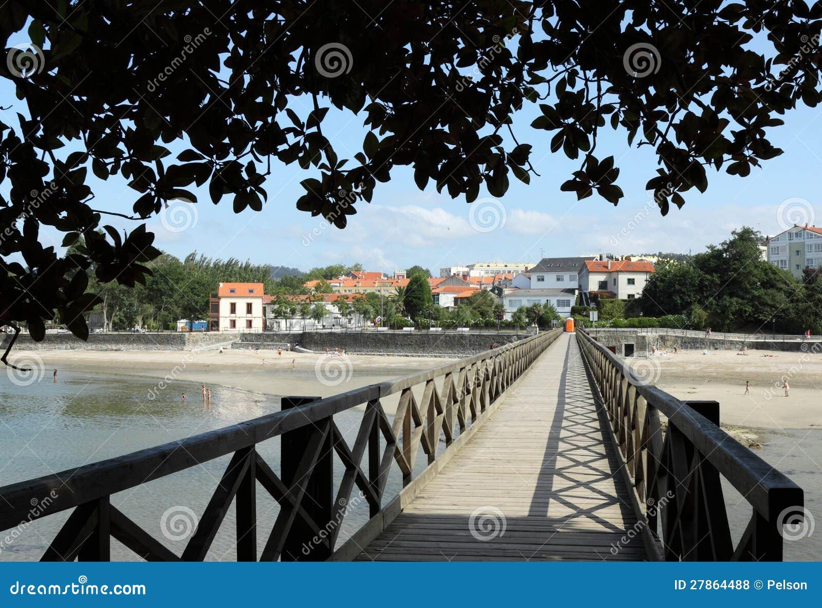 Piasek plaża drewniany most