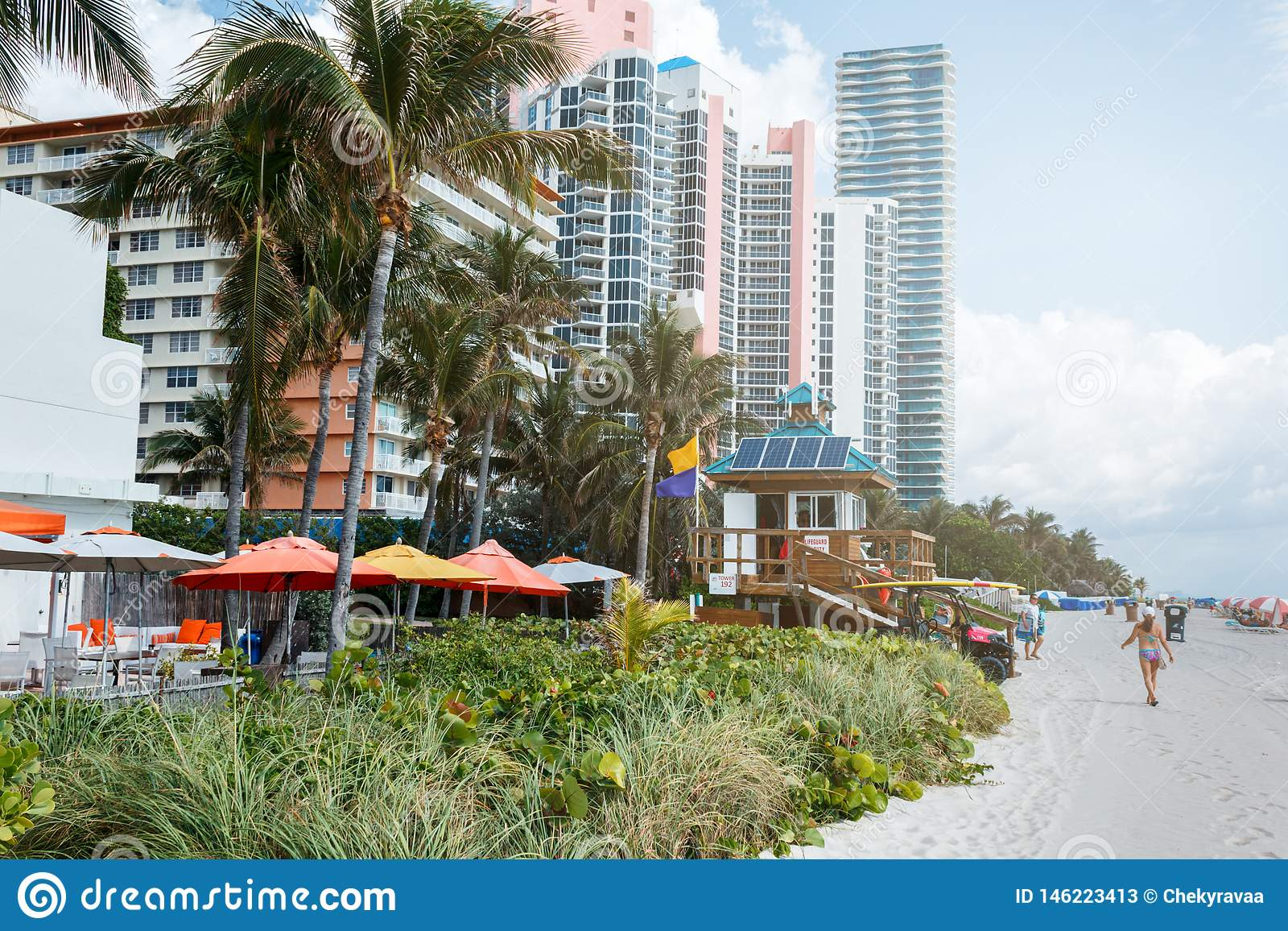 Piasek pla?a w Miami, Atlantycki ocean niebieskie niebo, palmy, drapacz chmur przy t?em
