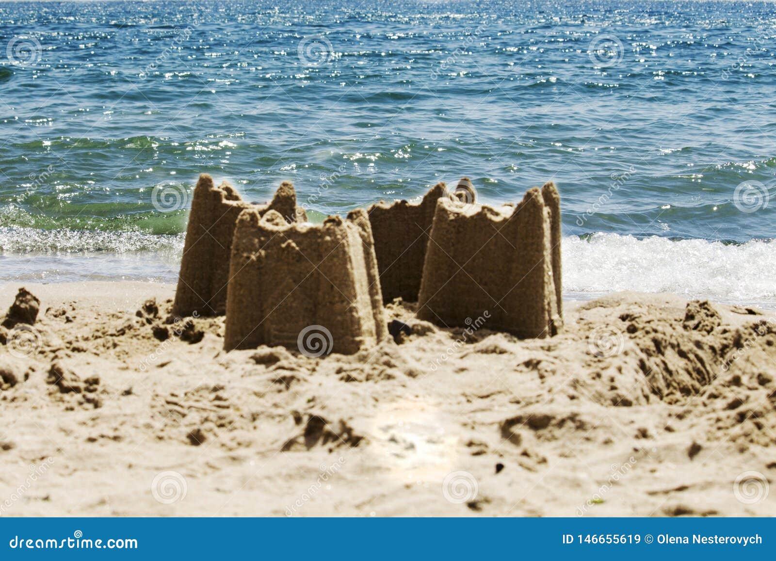 Piasek roszuje na plaży z morzem w tle, s