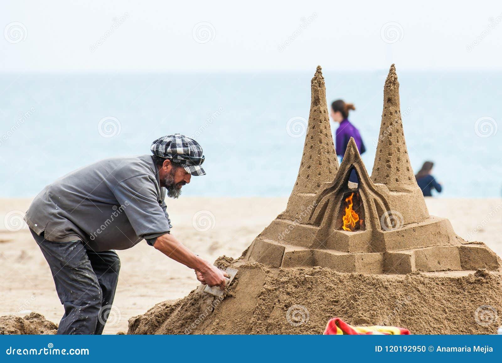 Piaska rzeźbiarz pracuje przy losu angeles Barceloneta plażą w Barcelona Hiszpania