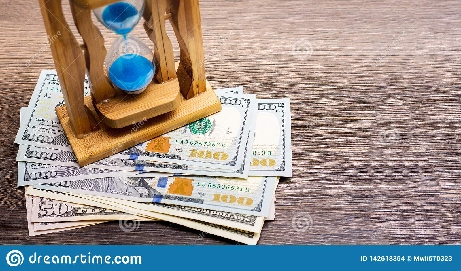 Piaska zegar jest wartym dolarowych rachunki Piaska Dollars_ i zegar