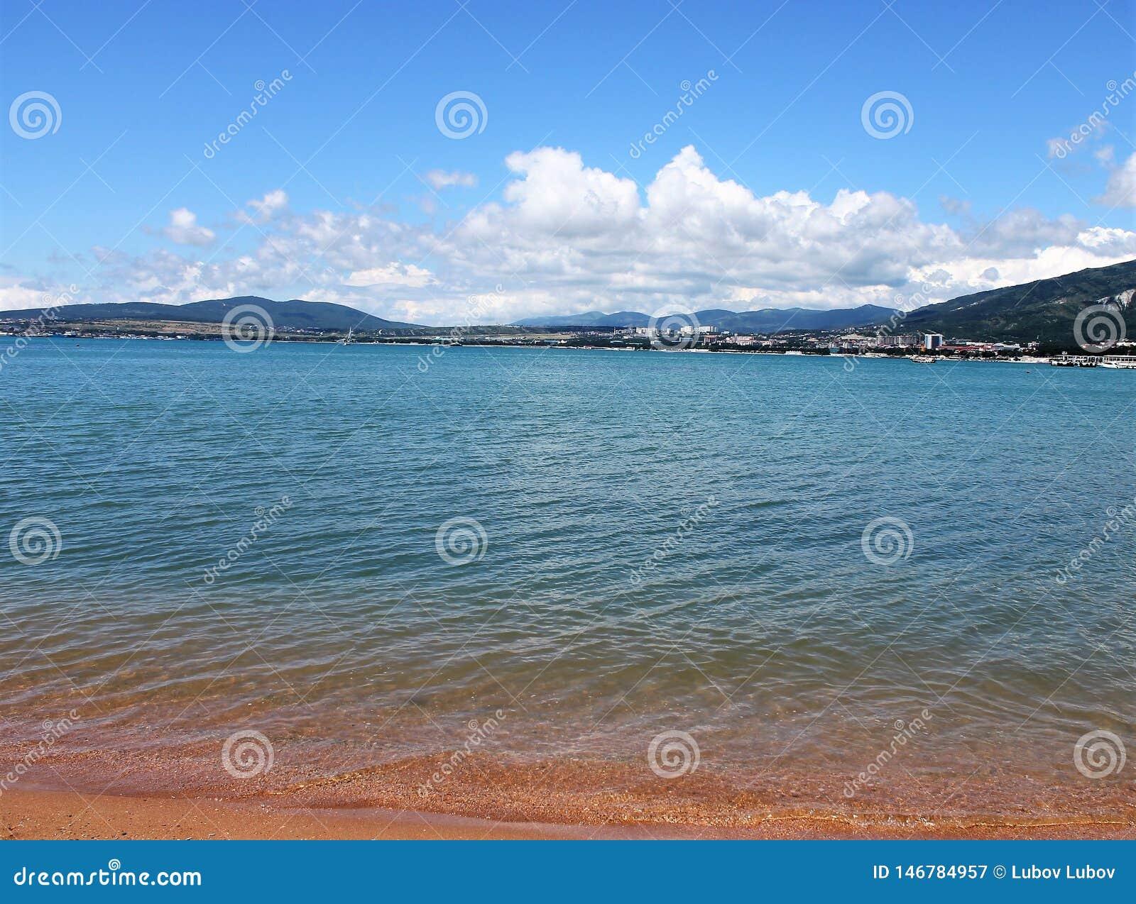Piaskowata pla?a, cudowny morze i widoki g?rscy,