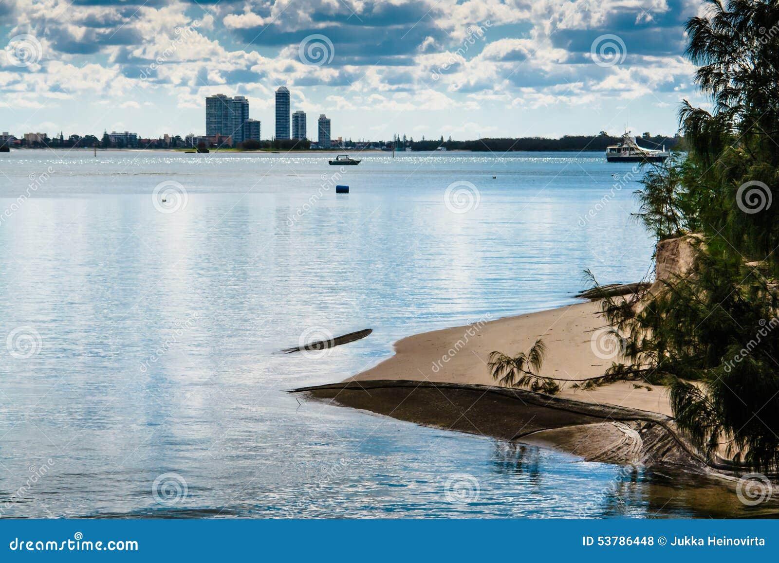 Piaskowata plaża I miasto sylwetka