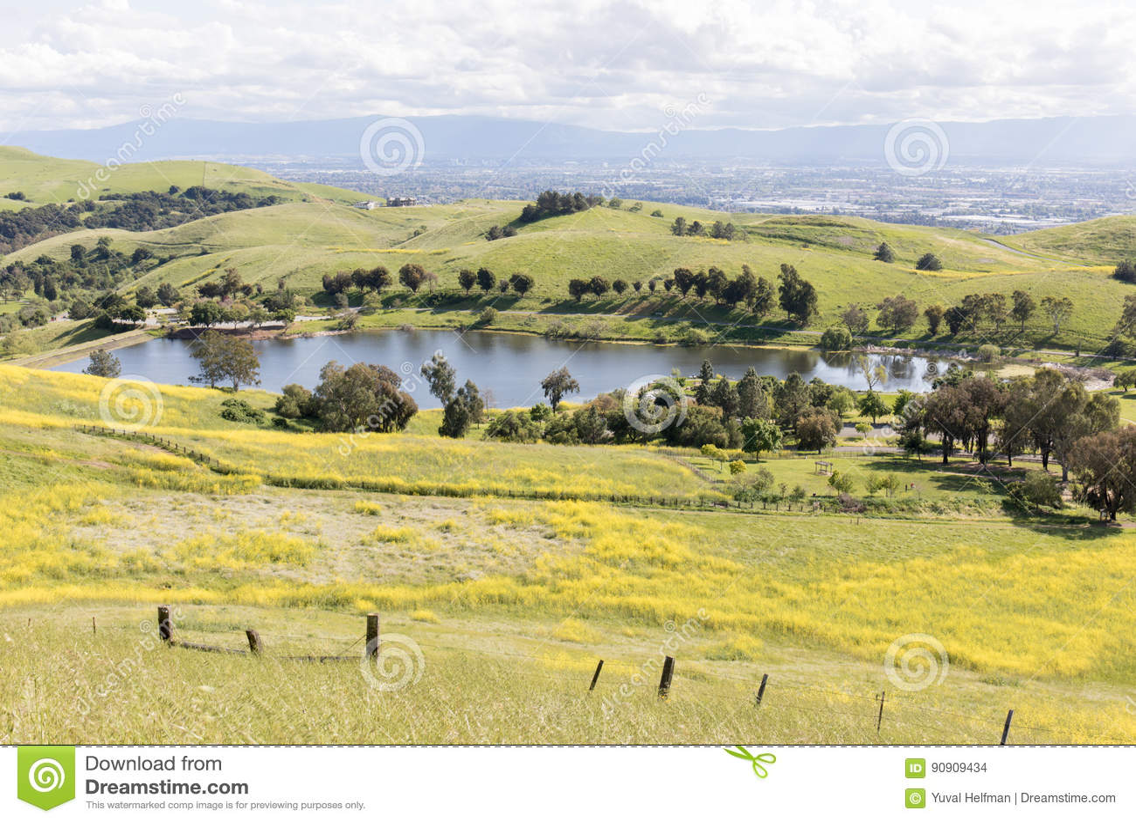 Piaskowaty Wełna jezioro i Santa Clara dolina przy wiosną