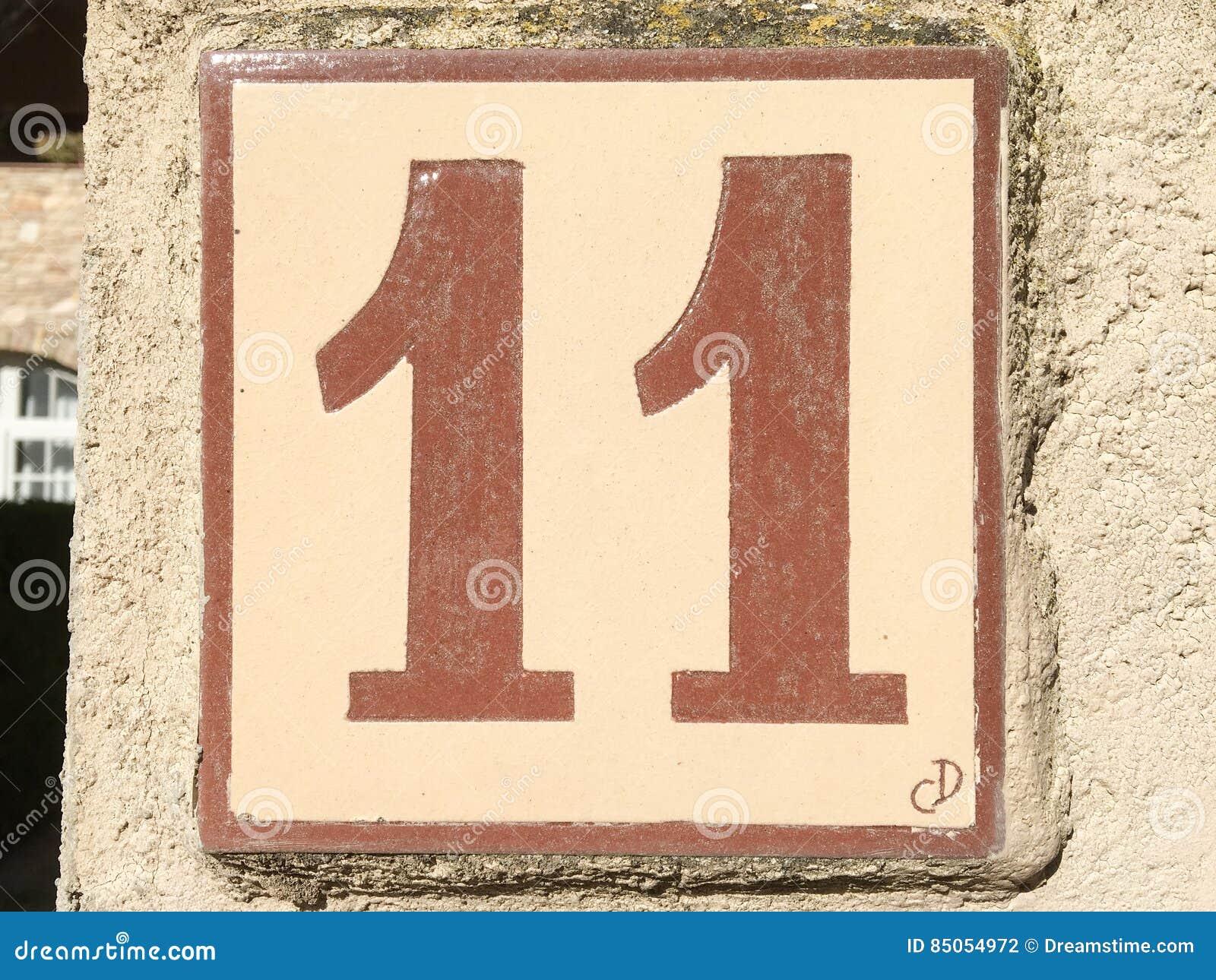 Piastrella di ceramica con il numero undici fotografia stock