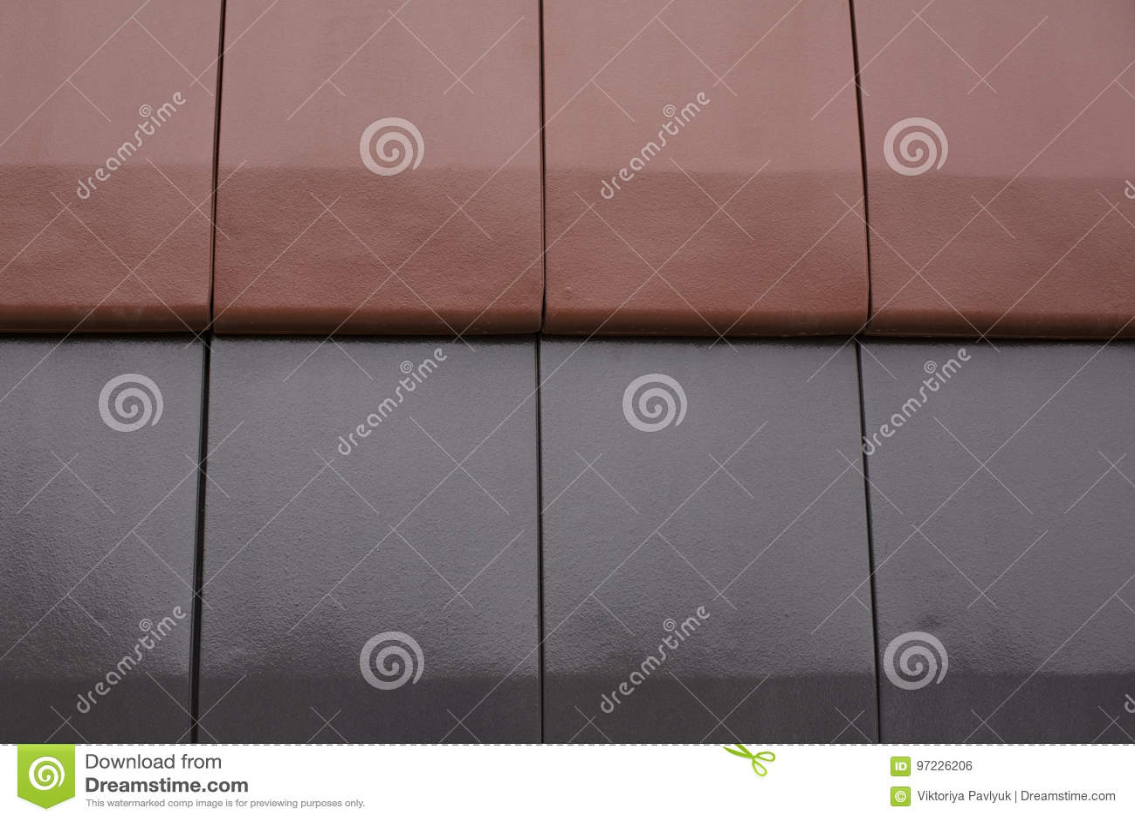 Piastrelle di ceramica bagnate nere e rosse dopo la pioggia
