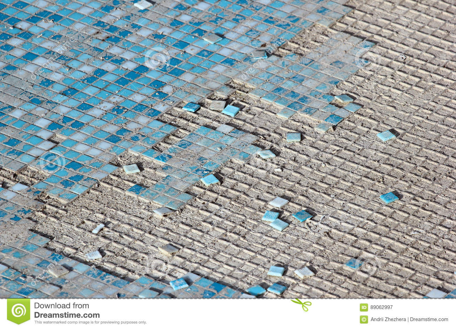 Piastrelle di ceramica blu e bianche nella piscina abbandonata