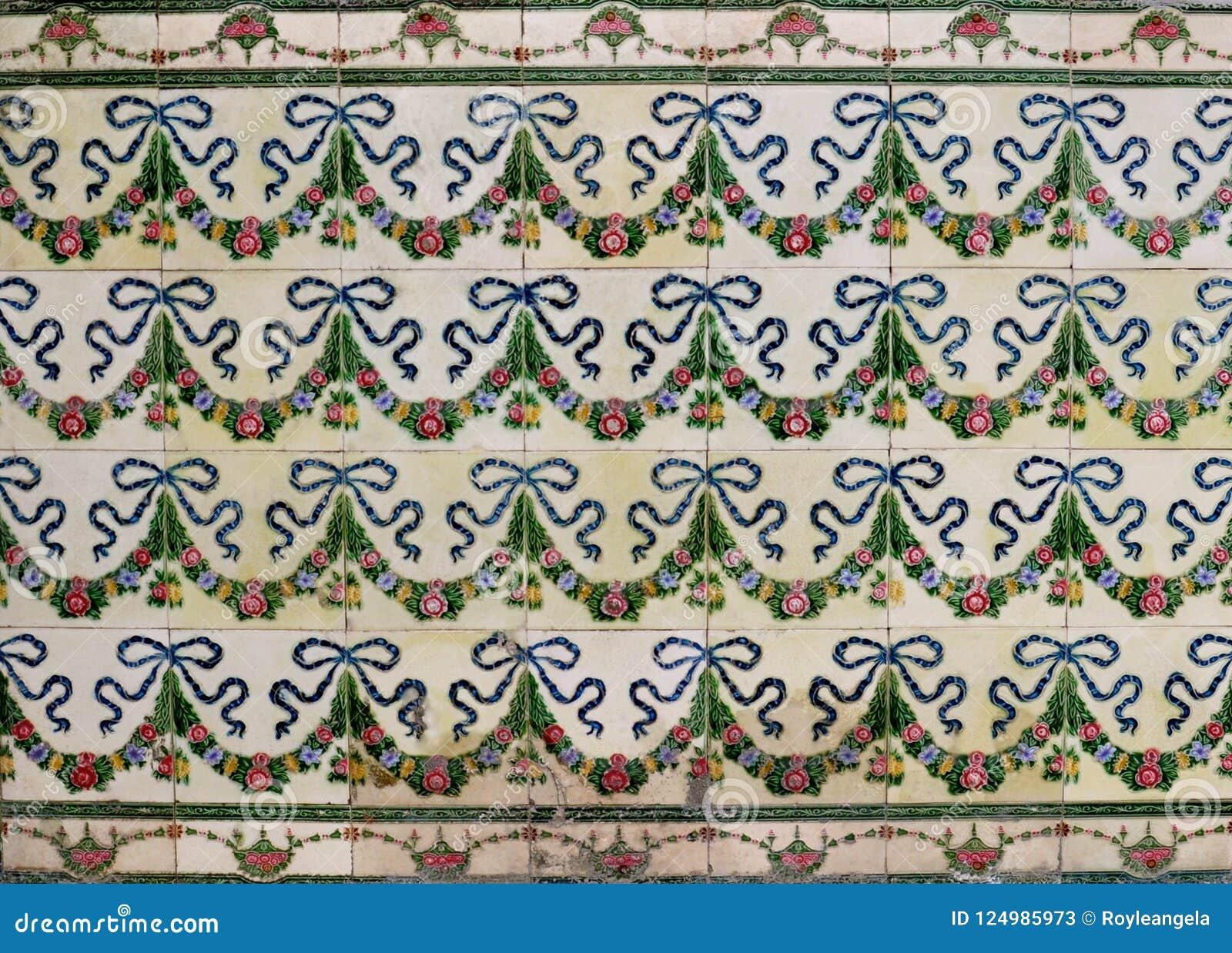 Piastrelle Di Ceramica Decorate.Piastrelle Di Ceramica Con I Modelli Floreali Di Una