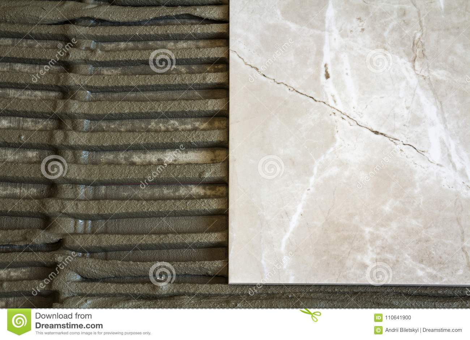 Piastrelle di ceramica e strumenti per il piastrellista