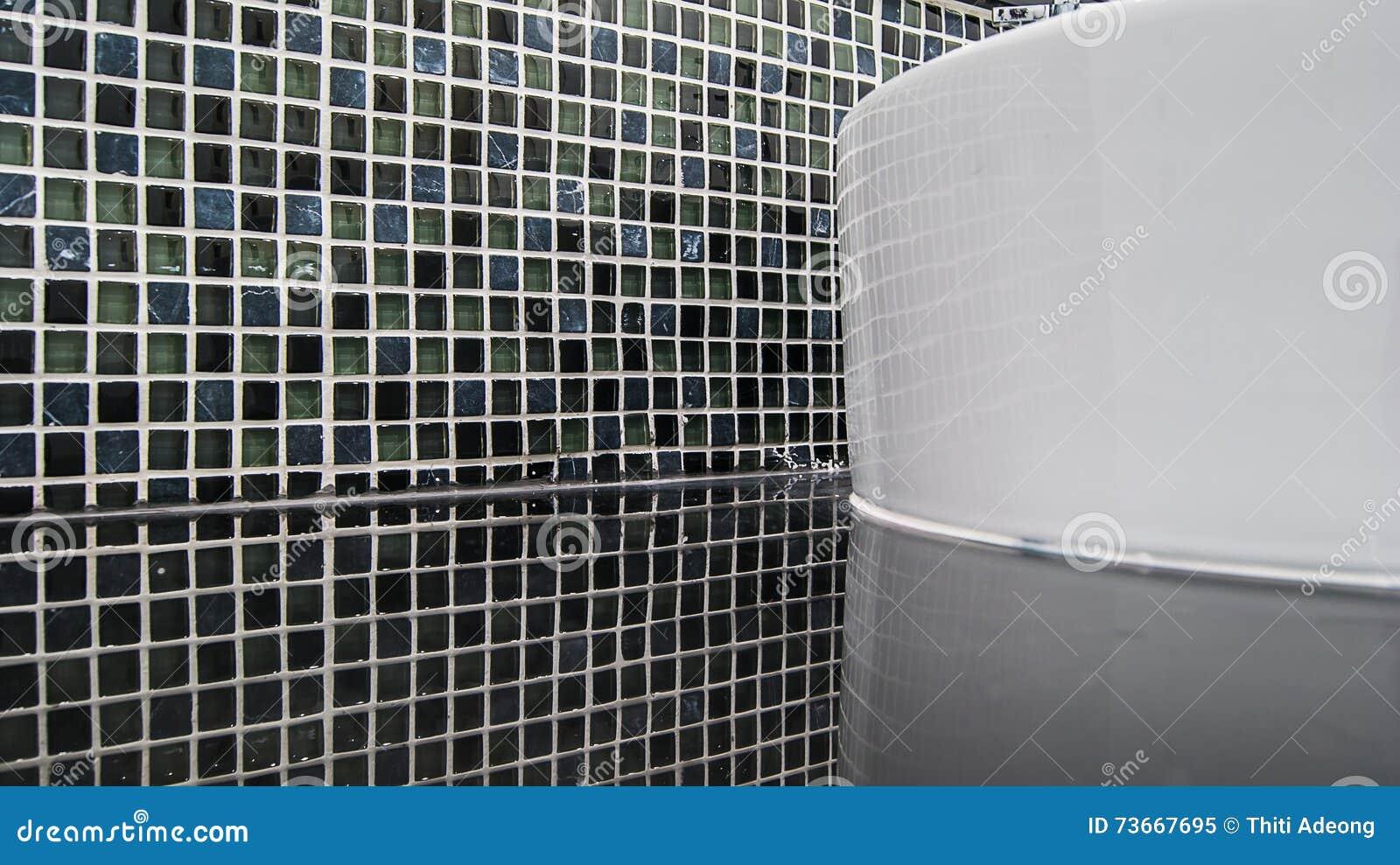 Piastrelle di ceramica nere del mosaico con la riflessione per