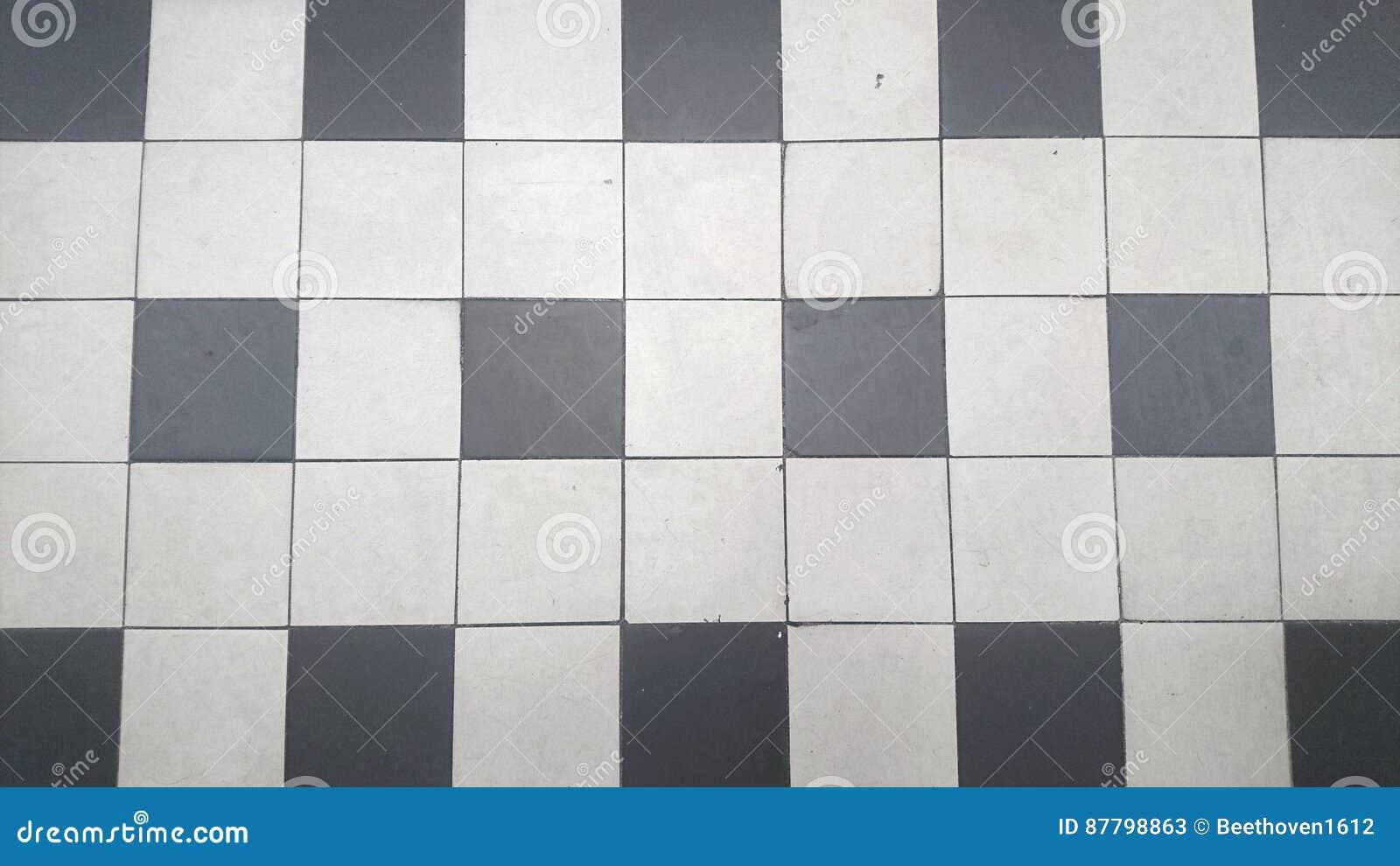 Piastrelle per pavimento in bianco e nero immagine stock
