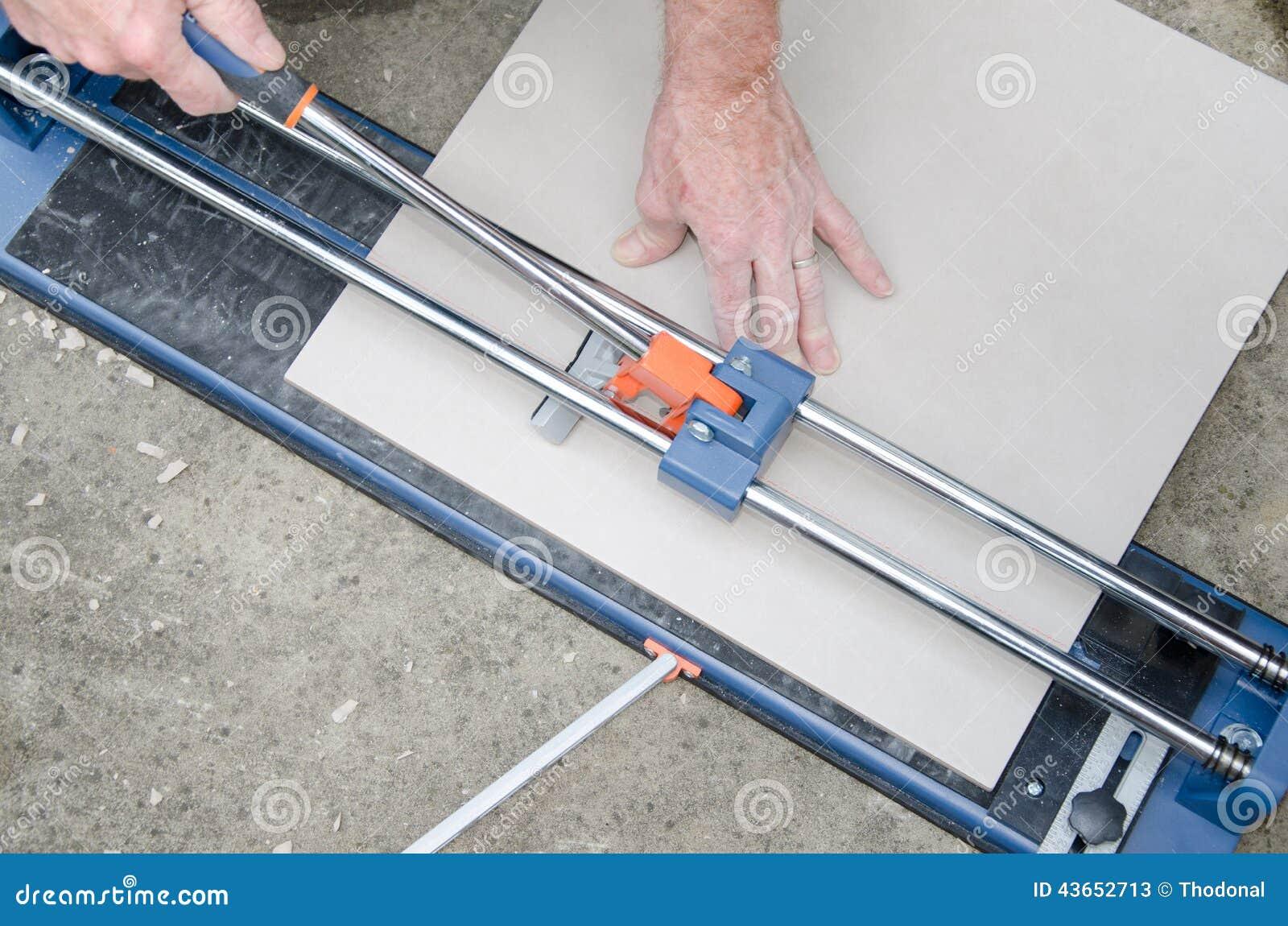 Piastrellista che per mezzo delle tagliapiastrelle immagine stock immagine di taglierina - Lavoro per piastrellista ...